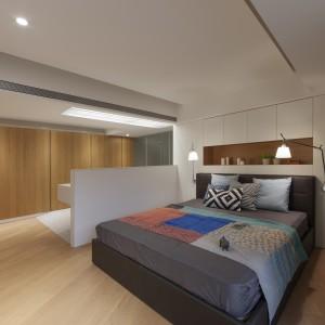 Strefa master bedroom. Sypialnię od łazienki oddziela jedynie niewielka ścianka działowa, na której po drugiej stronie zamontowano umywalkę. Strefę łazienki od sypialni dodatkowo wydzielono zastosowaniem różnych posadzek na podłodze. Fot. KC Design Studio.