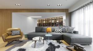Odnowione wnętrze ponad 30-letniego domu zaskakuje oryginalnymi wizualnymi trikami. Zabawa perspektywą, kreowaną przez geometryczne formy optycznie powiększa wnętrze i nadaje mu charakteru.