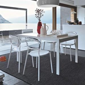 Jadalnię zlokalizowano w jednym rzędzie z wyspą kuchenną, pomiędzy salonem, a kuchnią. Jej rolę pełni niewielki biały stolik, kolorystycznie komponujący się z białymi meblami. Fot. Kler, stół Key.
