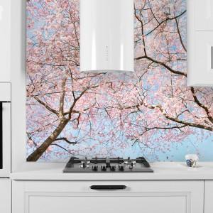 Fototapeta z pięknym motywem kwitnących drzew. Delikatne, pastelowe kolory wspaniale komponują się z białymi meblami. Fot. DecoMania.pl.