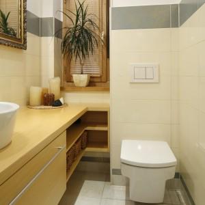 Mimo że łazienka jest wąska, przestrzeń została wykorzystana optymalnie i pomysłowo. Wykorzystano nawet narożnik, planując w tym miejscu szafkę z otwartymi półkami. Projekt: Iwona Zasławska. Fot. Bartosz Jarosz.