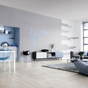 Eleganckie szarości i chłodne błękity to zestaw idealny nie tylko do salonu. Fot. Dekoral.