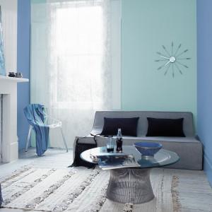 Chłodne błękity w różnorodnej tonacji kolorystycznej idealnie współgrają z szarymi elementami wystroju salonu. Fot. Dulux.