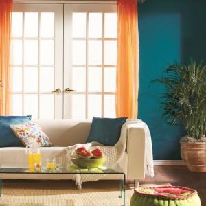 Głęboki turkus na ścianach lubi mieć towarzystwo. Z soczyście pomarańczowymi dodatkami tworzy bardzo zgrany duet. Fot. Para Paints.