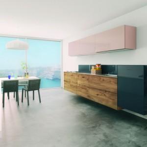 36e8 włoskiej marki Lago to kuchnia w nowoczesnym stylu wykorzystująca także tradycyjne drewno, zintegrowane strefy  zmywania oraz gotowania, dla poprawy ergonomii zmywarka oraz kuchenka zostały zawieszone na ścianie, stalowe zabezpieczenia. Fot. Lago.