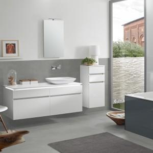 Meble łazienkowe Legato Villeroy&Boch wyróżniają się nowatorskim zastosowaniem oświetlenia LED pod blatem szafki umywlakowej. Fot. Villeroy&Boch.