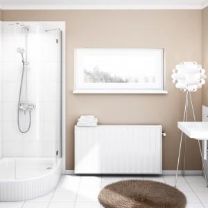 W klasycznie urządzonej łazience sprawdzi się brodzik z białego akrylu: na zdjęciu model Grawellos firmy Sched-Pol. Fot. Sched-Pol.