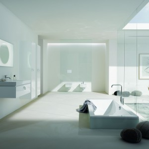 Seria kompletnego wyposażenia łazienki Preciosa2 marki Keramag Design  wprowadza do wnętrza delikatne formy i czystą biel wyposażenia oraz ceramiki i wanny. Fot. Keramag Design.