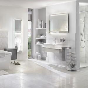 Elegancki, biały salon kąpielowym wyposażony został w wannę i brodzik ze stali emaliowanej firmy Kaldewei. Fot. Kaldewei.