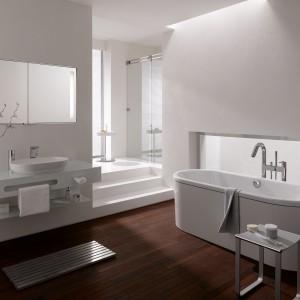 Centro Duo Oval Kaldewei to wanna wykonana z białej stali emaliowanej. Aranżację wnętrza w bieli ociepla drewniana podłoga. Fot. Kaldewei.