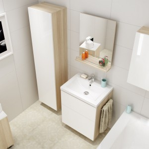 Kolekcja Smart Cersanit to meble i oraz wanny ze obudową oferująca praktyczne schowki. Dostępne wykończenie to m.in. biel z dodatkiem dekoru jasnego drewna. Fot. Cersanit.