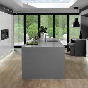 Modne połączenie bieli i szarości mebli Demirbag podkreśla minimalistyczny styl zestawu. Przeznaczony do dużych pomieszczeń. Fot. Demirbag.
