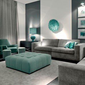 Elegancka sofa dwuosobowa Softhouse o prostych liniach, pokryta szarym aksamitem o subtelnym, perłowym połysku. Fot. Fabio Luciani.