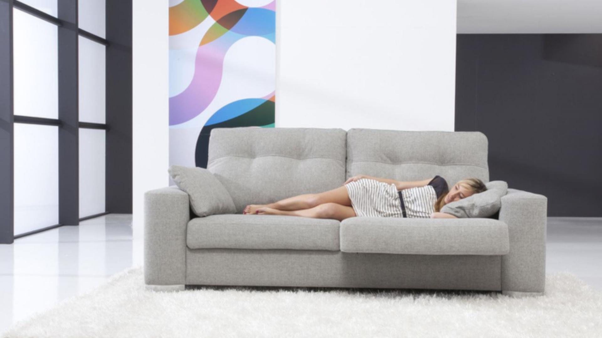 Dwuosobowa pikowana sofa w szarym kolorze może być podstawą wielu ciekawych aranżacji. Fot. Circulo Muebles.