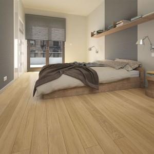 Deska Amazon Piccolo z linii Pure w naturalnym kolorze i delikatnym rysunku drewna. Staranna selekcja surowca zapewnia regularność usłojenia, które jest niemal całkowicie wolne od sęków. Wymiary: 130x2200 mm. Fot. Barlinek.