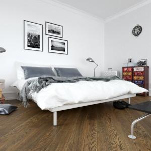 Deska podłogowa Dąb Color Rosolare o głębokiej, brązowej barwie inspirowanej. Występujące sporadycznie sęki podkreślają naturalne walory tej dębowej podłogi. Fot. Jawor Parkiet.