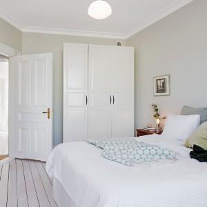 Deski pomalowane na biały kolor to charakterystyczne, często spotykane rozwiązanie we wnętrzach utrzymanych w stylu skandynawskim. Fot. Alvhem Makleri.