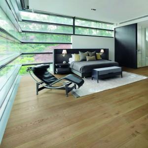 Drewniana podłoga Royal Oak Moonstone dostępna w ofercie firmy Wicanders. Wszystkie warstwy wykonane są z drewna dębowego.  Fot. Wicanders.