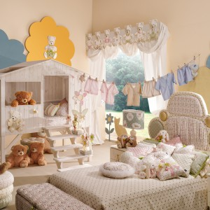 Efektowną dekoracją pokoju mogą być girlandy przypominające dziecięce, świeżo uprane ubranka porozwieszane na sznurku. Fot. Fabio Luciani.