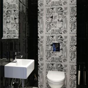 To toaleta dla gości. Ma nieco teatralny klimat i takie było też założenie autorki projektu. Do stylu wnętrza świetnie pasuje tapeta z komiksowym wzorem, a dokładnie japońskiej mangi z rysowanej charakterystyczną kreską. Projekt: Magdalena Smyk. Fot. Bartosz Jarosz.