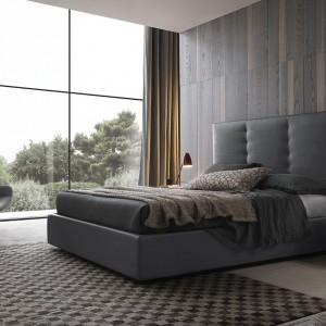 Łóżko z wysokim, tapicerowanym zagłówkiem wprowadza do wnętrz elegancję. Fot. Pressoto.