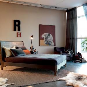 Klasyczne, stylizowane łóżko wykonane z ciemnego drewna. Fot. Marchetti.