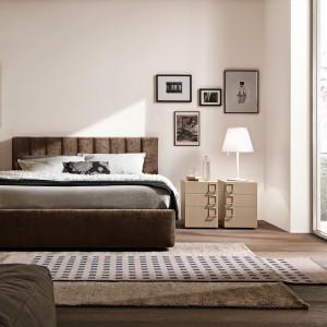 Ciemne, tapicerowane łóżko dobrze komponuje się na tle jasnych ścian. Fot. Presotto.