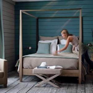 Drewniane łóżko z baldachimem. Fot. Flamant.