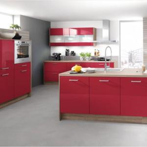 Gładkie fronty mebli kuchennych wykończono na połysk i w kolorze. Zestawione z kolorem naturalnego drewna prezentują się świeżo i wdzięcznie. Fot. Impuls, program IP450.