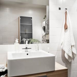 W łazience nowoczesny charakter budują kubistyczna nablatowa umywalka, proste kształty szafki podumywalkowej, lustro bez ram i brak zbędnych dekoracji. Fot. Stadshem.