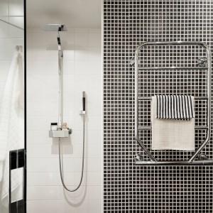 W łazience wzrok przyciąga ściana, wykończona w całości biało-czarną mozaiką. Opartowskie wrażenie tonuje otaczająca ją biel w strefie prysznica. Całość utrzymano w nowoczesnym charakterze, z prostymi, ostrymi liniami.  Fot. Stadshem.