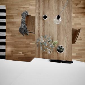 W jadalni odczujemy bliskość natury. Podłogę wykończono drewnianym parkietem, a stół jadalniany zrobiono z drewna w tym samym kolorze. Fot. Stadshem