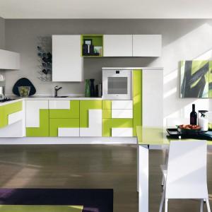 Limonkowa zieleń połączona została z bielą w oryginalne, geometryczne formy, przywodzące na myśl układankę z klocków. Pomysłowo i nowocześnie! Fot. Lube Cucine, kolekcja Creativia.