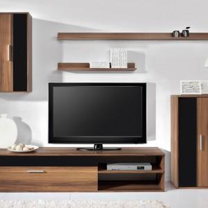 Meblościankę Barato marki Black Red White tworzy szafka wisząca, szafka TV, szafka stojąca,  dwupoziomowa półka oraz obszerna komoda. Cena: 450 zł. Fot. Black Red White.