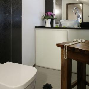 Zabudowa podumywalkowa wykonana z profili aluminiowych, w które wpasowano tafle mlecznego szkła mieści nie tylko toaletowe bibeloty, ale przede wszystkim pralkę. Fot. Monika Filipiuk-Obałek.