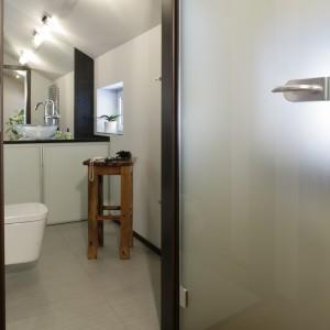 Już od progu łazienka przyciąga uwagę jasną kolorystyką i ciekawą architekturą pomieszczenia. Fot. Monika Filipiuk-Obałek.
