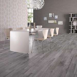 Porcelanowe płytki z serii Nordica. Dostępne w sześciu różnych odcieniach, wszystkich idealnie imitujących drewniany parkiet w chłodnych kolorach drewna. Fot. Solus Ceramics, kolekcja Natural.
