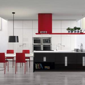 Pomysł na czerwień dla nieco mniej odważnych. Krzesła i okap w ognistym kolorze sprawiają, ze wnętrze zyskuje unikalny, ale nie nachalny  wygląd. Fot. Ernestomeda.