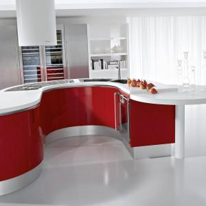 Czerwony kolor podkreśla oryginalny, kształt wyspy, oparty na łuku. Fot. Demirbag.