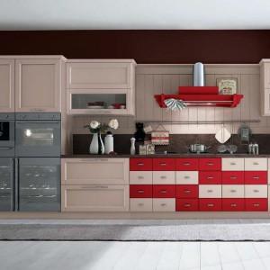 Subtelny pomysł na czerwień w kuchni. Meble z serii Tortore e Amarena marki Callesella, gdzie niektóre szuflady wyróżniono charakterystyczną barwą. Fot. Callesella.