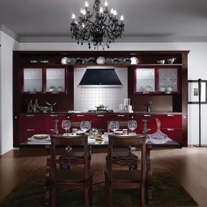 Klasyczne meble kuchenne w burgundowym kolorze posiadają w sobie coś ze stylu nowoczesnego - lakierowane fronty. Fot. Demirbag.
