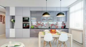 Właściciele mieszkania chcieli,aby było w nim przestronnie, nowocześnie i kolorowo. Powstało jasne wnętrze, któremu architekci nie poskąpili barwnych akcentów.