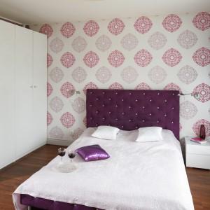 Biała, wysoka zabudowa dostarcza wiele miejsca na przechowywanie. Prosta forma nawiązuje do szafki nocnej umieszczonej obok łóżka. Fot. Bartosz Jarosz.