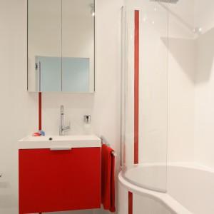 W tej małej łazience zastosowano gotowe rozwiązanie z oferty producenta wyposażenia: wanna z parawanem w komplecie. Projekt: Iza Szewc. Fot. Bartosz Jarosz.