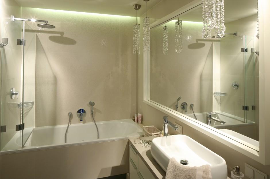 W łazience w stylu glamour...  Mała łazienka: tak połączysz wannę i prysznic
