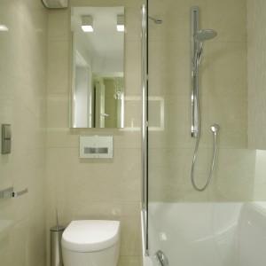 Bardzo mała łazienka jest nie tylko praktyczna, ale też niezwykle elegancka. Korzysta z niej pani domu, która wybrała wannę. Parawan pozwala skorzystać także z prysznica. Projekt: Małgorzata Borzyszkowska. Fot. Bartosz Jarosz.