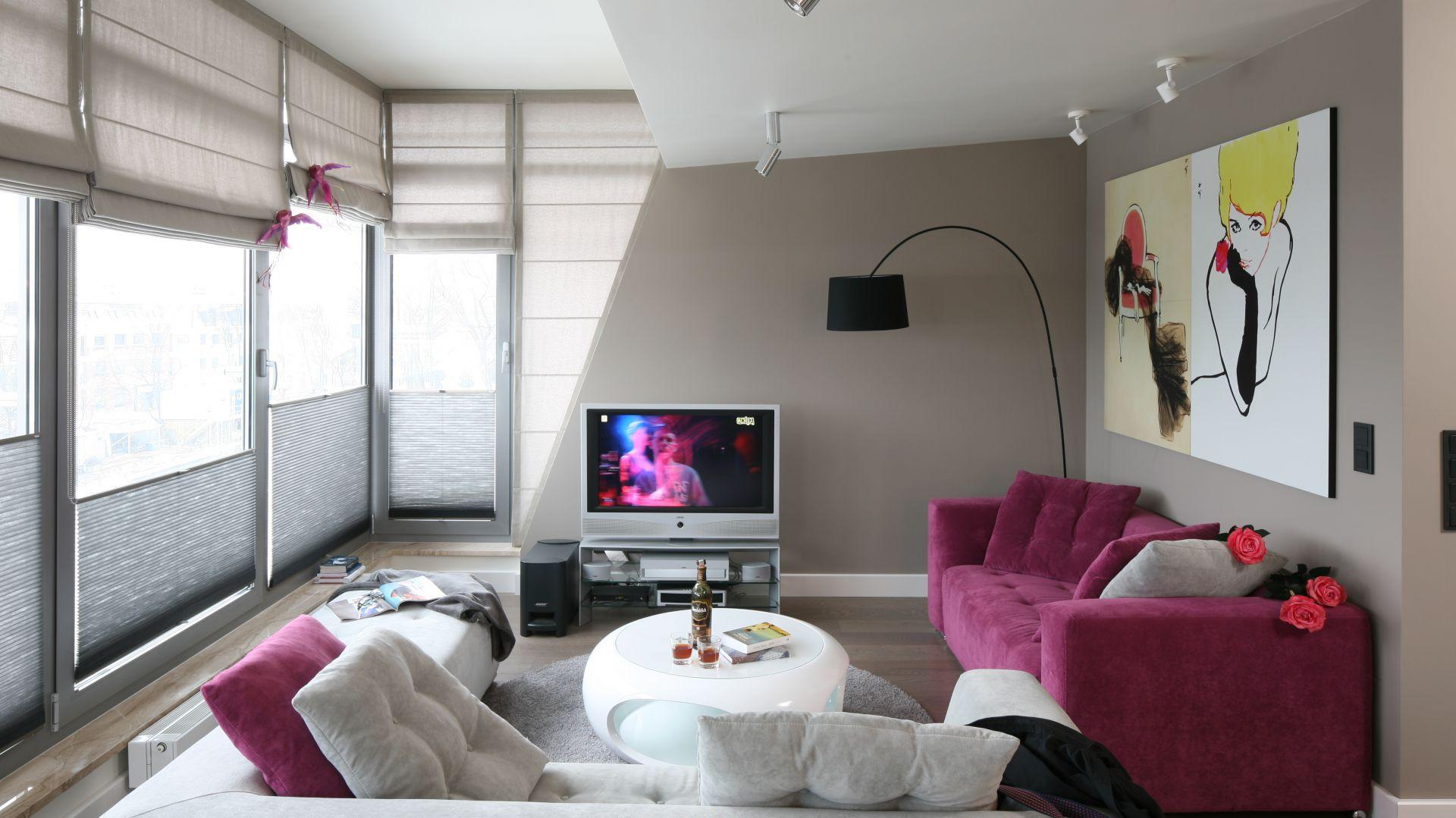 Aranżację pokoju dziennego podporządkowano funkcji wypoczynkowej. Stąd ustawiono tuż aż dwie kanapy, na których siedząc można oglądać nie tylko telewizor, ale i nadmorskie krajobrazy. Projekt: Małgorzata Borzyszkowska. Fot. Bartosz Jarosz.