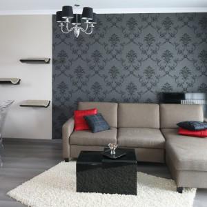 W urządzonym w stylu glamour wnętrzu pokój dzienny pełni dwie funkcje - salonu oraz gabinetu. Te dwie przestrzeni optycznie rozgranicza tapeta z neobarokowym wzorem. Projekt: Joanna Nawrocka. Fot. Bartosz Jarosz.