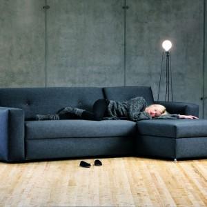 Sofa Easy firmy Prostoria mimo prostoty designu, jest bardzo funkcjonalna - nie tylko dzięki funkcji rozkładania do spania, ale również posiada wiele możliwości modyfikowania jej wielkości i wymiarów. Fot. Le Pukka.