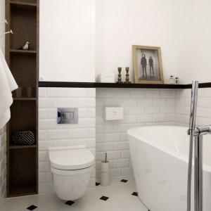W damskiej łazience króluje biel, zamknięta w romantyczną aranżację. Białe, tradycyjne kafle na ścianie i płytki podłogowe z dekoracyjnym czarnym motywem nadaję wnętrzu delikatnego wyrazu. Oczywiście istotnym elementem wnętrza jest duża wanna, w której Pani domu może oddawać się błogim, relaksującym kąpielom. Projekt i Fot. Soma Architekci.